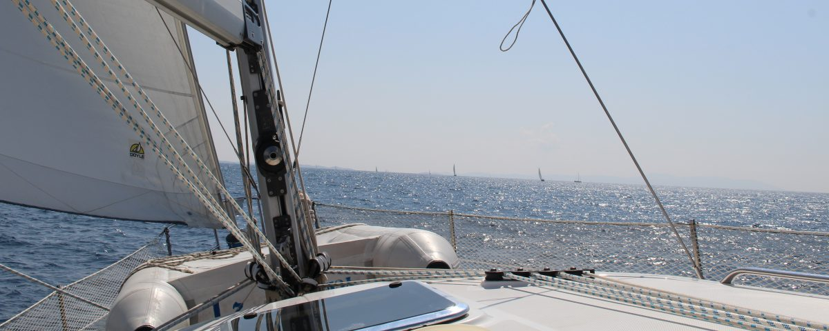 Segelboot im Meer - Segelurlaub mit Yachtcharter Woop