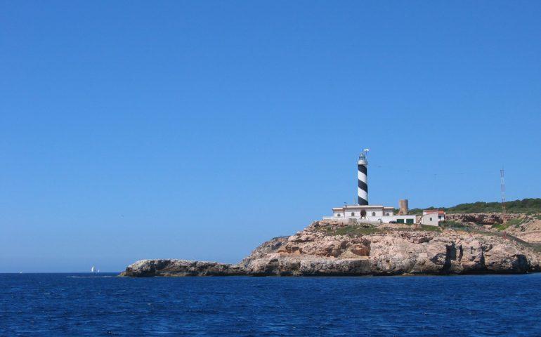 Insel mit Leuchtturm_Segelurlaub Spanien